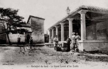 Le grand lavoir et les écoles - rochefort du Gard