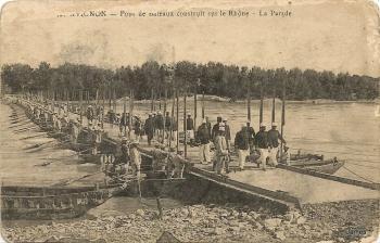 Pont de bateaux construit sur le Rhône