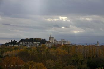 Le palais des papes et le rocher des doms entourés d'une nature flamboyante